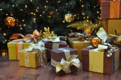 Weihnachtsgeschenke unterm Baum
