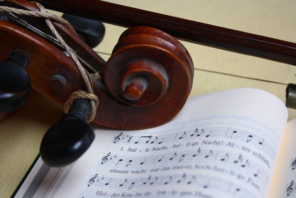 Geige und Noten von klassischen Weihnachtsliedern