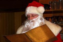 Weihnachtsmann mit goldenem Buch