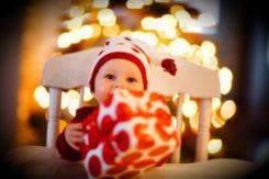 Baby mit Weihnachtsgeschenke
