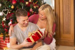 Ein Mann erhält ein Weihnachtsgeschenk von seiner Freundin