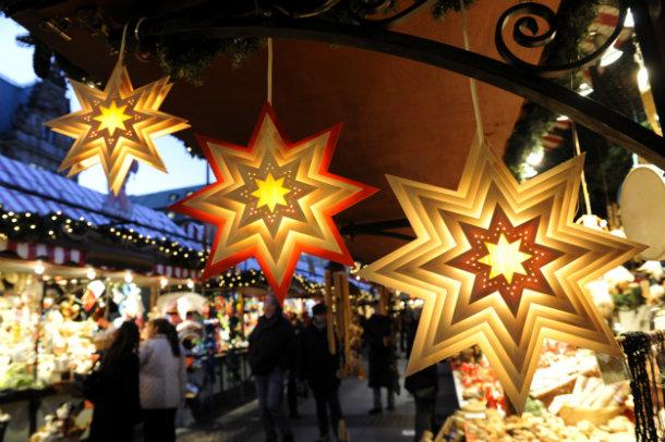 Sterne auf dem Weihnachtsmarkt in Berlin