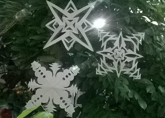 schneeflocken und weihnachtssterne aus papier