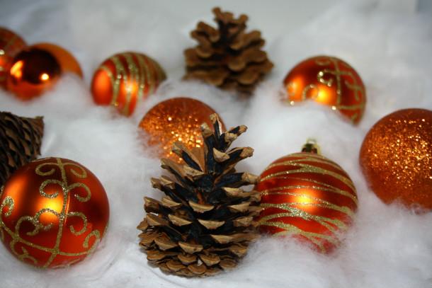 Weihnachtskugeln und Tannenzapfen